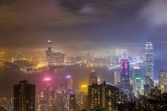 Ciudad y rascacielos brumosos en niebla en la noche Imagen de archivo libre de regalías