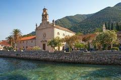 Ciudad y St Nicholas Church de Prcanj de la playa Bahía de Kotor del mar adriático, Montenegro Imagen de archivo