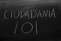 CiudadanÃa 101 på en svart tavla Översättning: Medborgarskap 101 arkivbilder