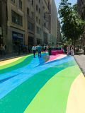 Ciudadanos chilenos que caminan a través del paseo Paseo Bandera de la bandera adentro Fotos de archivo