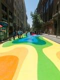 Ciudadanos chilenos que caminan a través del paseo Paseo Bandera de la bandera adentro Foto de archivo libre de regalías