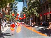 Ciudadanos chilenos que caminan a través del paseo Paseo Bandera de la bandera adentro Imagen de archivo