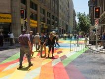 Ciudadanos chilenos que caminan a través del paseo Paseo Bandera de la bandera adentro Foto de archivo