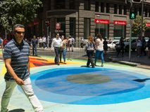 Ciudadanos chilenos que caminan a través del paseo Paseo Bandera de la bandera adentro Fotos de archivo libres de regalías