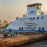 Ciudadanos locales de la pesca portuaria del distrito de Fuad al lado del transbordador de Puerto Saíd en el canal de Suez, Egipt imagen de archivo
