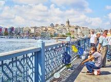 Ciudadanos que pescan en el puente de Galata Estambul, Turquía foto de archivo