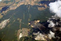 Ciudades, campos y maderas de la visión aérea foto de archivo