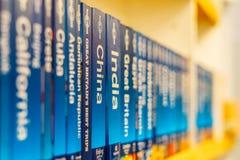 Ciudades de los libros del mundo y del viaje del país para la venta en estante de la librería fotos de archivo libres de regalías