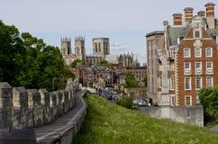 Ciudades fortificadas, paredes de la barra con la iglesia de monasterio en el fondo, York, Reino Unido de York Imágenes de archivo libres de regalías