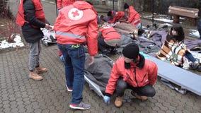 Civière bulgare 4k de volontaires d'infirmiers de la jeunesse de Croix-Rouge banque de vidéos