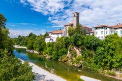 Cividale Del Friuli, Italien: Ansicht des alten Stadtzentrums mit traditioneller Architektur Fluss Natisone mit transparentem stockbild