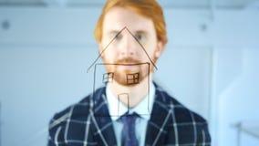 Civiel-ingenieur Looking die bij Camera, Huis op Transparant Glas, Rode Haren trekken Royalty-vrije Stock Foto's