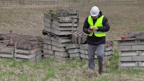 Civiel-ingenieur nummeringsblokken op plaats waar nieuwe bouwwerf zal stock footage