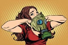 Civilförsvarflickan bär en skyddande gasmask royaltyfri illustrationer