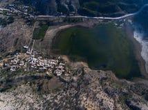 Civilisation avec le lac photos stock
