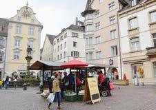 civilist och turist- köp någon grönsak och frukt i speceriaffär på Zurich den gamla staden Royaltyfri Fotografi