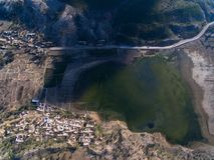 Civilización con el lago imagen de archivo
