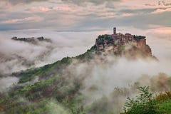 Civita di Bagnoregio, Витербо, Лацио: ландшафт на зоре с туманом Стоковое Фото