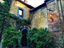 Civita di Bagnoregio, cidade na província de Viterbo, Itália História, tempo, arquitetura, lâmpada, iluminação, hera, canto e bel imagem de stock