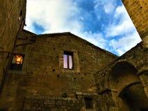 Civita Di Bagnoregio, Etruscan-stad in de provincie van Viterbo, Italië Lampen, boog en ingang stock foto