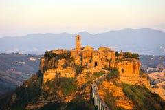 Civita di Bagnoregio gränsmärke, flyg- panoramautsikt på solnedgång Arkivbilder