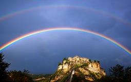 Civita di Bagnoregio Italia con l'arcobaleno Fotografia Stock