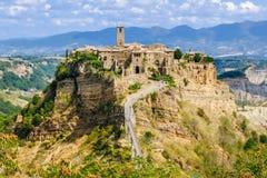 Civita di Bagnoregio, mycket - sikt av bergstaden arkivfoto
