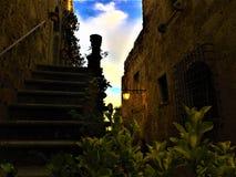 Civita Di Bagnoregio, stad in de provincie van Viterbo, Italië Geschiedenis, architectuur, trap, lamp, hemel, muur en schoonheid stock fotografie