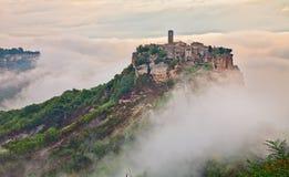 Civita di Bagnoregio, Viterbo, Lazio, Italien: landskap på gryning w Royaltyfri Fotografi
