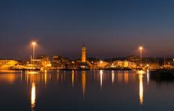 Civitanova马尔什港口浪漫看法在晚上 免版税库存图片