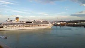 Civitavecchia, Italia - 5 de octubre de 2018: Trazador de líneas de la travesía y barco experimental en puerto almacen de video