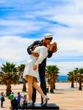 Civitavecchia Italien - Maj 03, 2014: En sikt av monumentsjömannen som kysser hans flickvän Royaltyfri Fotografi