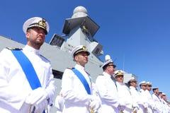 Civitavecchia Roma Itália alguns marinheiros da marinha italiana distribuída sob o navio de guerra alpino que espera as autoridad Fotografia de Stock Royalty Free