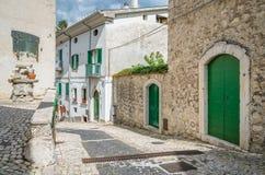 Civitella Alfedena i en sommareftermiddag Landskap av L ` Aquila, Abruzzo nationalpark, Italien Arkivbilder