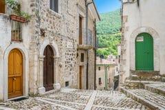 Civitella Alfedena i en sommareftermiddag Landskap av L ` Aquila, Abruzzo nationalpark, Italien Royaltyfria Foton