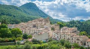 Civitella Alfedena i en sommareftermiddag Landskap av L ` Aquila, Abruzzo nationalpark, Italien Fotografering för Bildbyråer