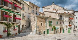 Civitella Alfedena i en sommareftermiddag Landskap av L ` Aquila, Abruzzo nationalpark, Italien Royaltyfri Bild