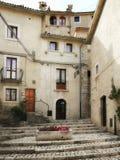 Civitella Alfedena, liten bergby i Abruzzo, Italien Royaltyfri Fotografi