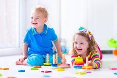 Cjildren het spelen met houten speelgoed royalty-vrije stock afbeeldingen