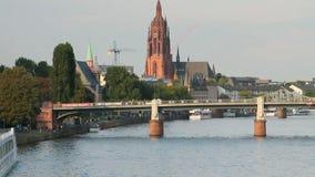 Cke del ¼ di Untermainbrà del ponte dell'automobile e del fiume Francoforte sul Meno, Germania video d archivio