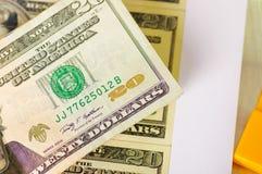Ckose su di noi 20 fatture di soldi americane del dollaro ha sparso il aroundo sopra un fondo bianco Immagine Stock