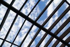 Ckoudy himmel till och med taket Arkivbilder