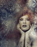 Clásico, concepto de la belleza, mujer morena hermosa con liso Foto de archivo