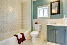 Clássico azul remodelado novo do banheiro. Fotos de Stock Royalty Free