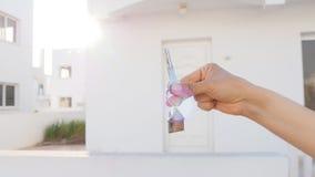 Clé à disposition avec les immobiliers clips vidéos