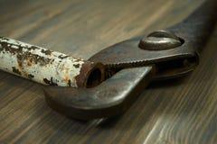 Clé à tube et tuyau rouillé sur le fond en bois foncé images libres de droits