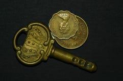 Clé antique et pièces de monnaie Images libres de droits