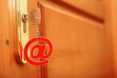 Clé argentée avec le symbole d'email Image libre de droits