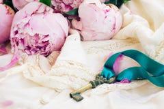 Clé avec des fleurs de pivoine Photos libres de droits