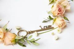 Clé avec des pétales de rose Photographie stock libre de droits